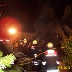 Nachlöscharbeiten an den Trümmern des Schuppens (c) FFO