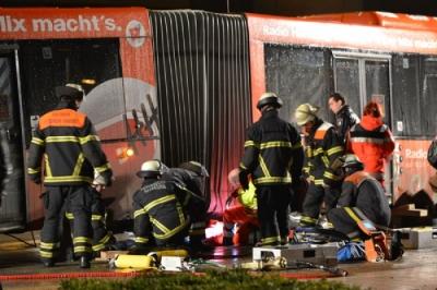 Kräfte der Berufsfeuerwehr und Freiwilligen Feuerwehr Wandsbek - Marienthal befreien in Teamarbeit den Fahrer