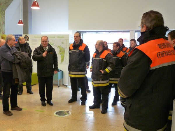 "Neumann begrüßt die Feuerwehrleute im ""Hybrid House"""