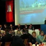 Das Podium mit dem langjährigen Moderator Peter Wegemer (re.) (c) AG MuK FF Hamburg