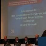 Blick auf das Podium während des Jahresberichts des Landesbereichsführers. (c) AG MuK FF Hamburg