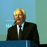 Der ehem. Oberbranddirektor Manfred Gebhard (Amtsleiter der Feuerwehr Hamburg bis 1992) konnte ebenfalls als Gastredner begrüßt werden. (c) AG MuK FF Hamburg