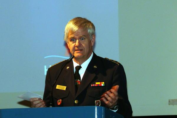 Alljährlich aus dem Norden angereister Gast: der Vorsitzende des südjütländischen Feuerwehrverbandes, John Janssen, bei seinen Grußworten. (c) AG MuK FF Hamburg