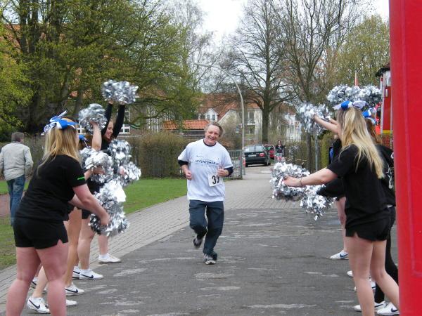 Aufmunternde Begrüßung im Ziel - alle Läufer kamen an (c) AG MuK FF HH