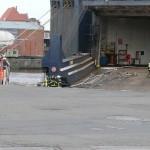 33HLF an der Laderampe für die Wasserversorgung der Angriffsleitungen. Das Bild vermittelt einen guten Eindruck von der Schiffsgröße. (c) MT AG MuK