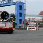 Das Löschunterstützungsfahrzeug LUF 60 verläßt zum Auftanken den Schiffsrumpf. (c) MT AG MuK