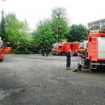 Die Technische Einsatzleitung Hamburg, hinten Gerätewagen-Fernmeldetechnik der FF Wandsbek-Marienthal, vorn rechts Löschfahrzeug-KatS Altona 2, hinten links der Sattelzug der Landesfeuerwehr-akademie.