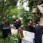 Kräfte der Feuerwehr Hamburg beim Befüllen von Bigpacks