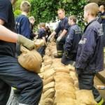 Hamburger Feuerwehrleute errichten einen Behelfsdamm