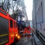 Baum droht von links über Zufahrt auf Haus zu fallen. (c) MB, FF Osdorf