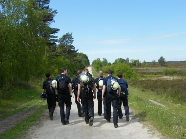 Auf dem Marsch in der Lüneburger Heide, Helm und Feuerwehrgurt konnten wahlweise mitgeführt werden. (c) FFO MT