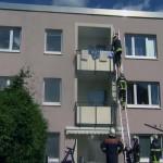 Kontrolle der Wohnungen und Rettung über tragbare Leiter an der Gebäuderückseite (c) tvr-news