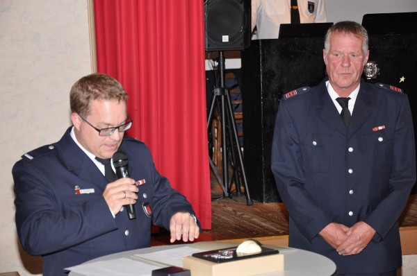 LBF/V Björn Beeken überbringt die Glückwünsche der Feuerwehr Hamburg