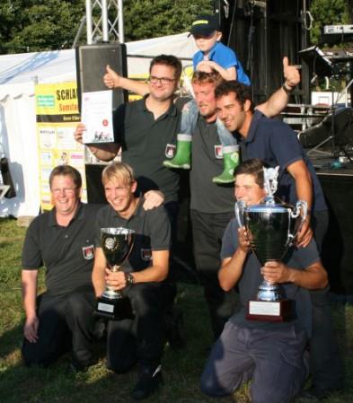 Die Sieger des BZ-Wanderpokals der FF Hohendeich, Wehrführer Heiko Jungclaus, Sebastian Steder, Kristof Sannmann, Björn Eggers mit Sohn Linus, Henrik Timmann und Tobias Schulz (v.l.n.r)