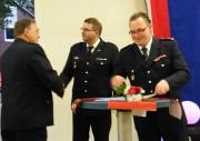 WFV Jörg Knopf (li.) gratuliert dem Jubilar HBM Olaf Schwengler (m.), daneben WF Mischa Beyer (c) FFO