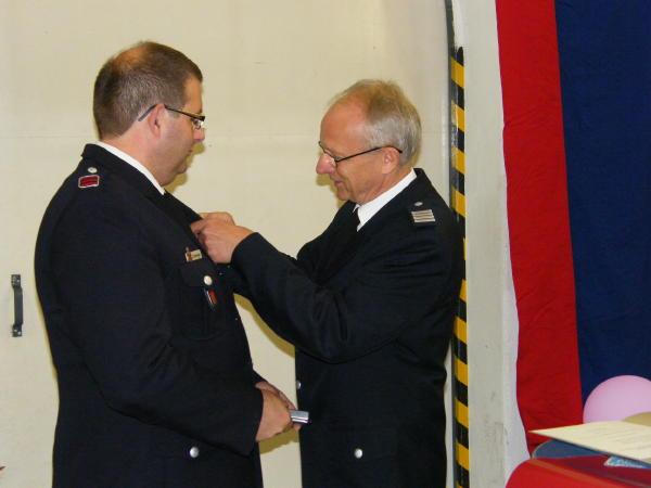 Bereicghsführer Altona Rolf Lohse (re.) bei der Verleihung der Verdienstmedaille (c) FFO