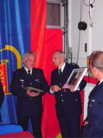 Gratulation von Bereichsführer Rolf Lohse an Wehrführer Achim Popp