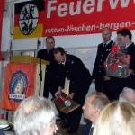 Wehrführer Christian Behn erhält Geschenke von der Partner Wehr Cottbus-Sandow