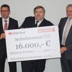 Der Vorstand der Hamburger Feuerkasse, Herr Stephan Litzen und der Geschäftsführer der Hanseatischen Feuerwehr-Unfallkasse Nord, Herr Lutz Kettenbeil übereichen die 16.000 Euro an Landesbereichsführ