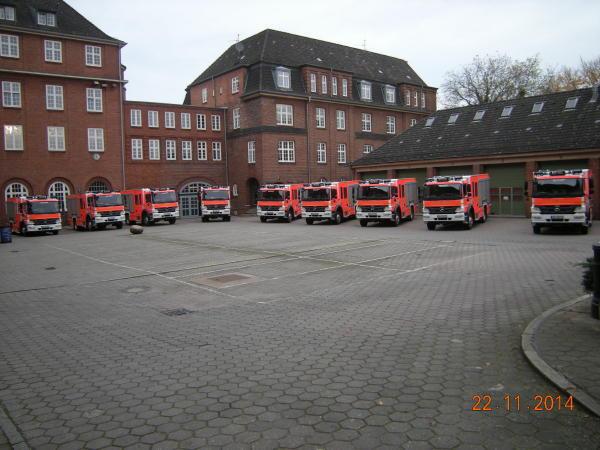 Fahrzeuge auf dem Hof der Hauptfeuerwache (c) D. Frommer FF SCHNL