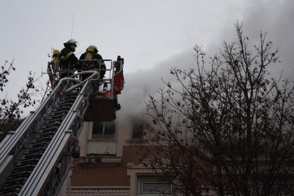 Einsatzkräfte bei der Brandbekämpfung über die Drehleiter -  dp/MuK