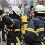 Feuerwehrmänner beim Ausrüsten mit Atemschutzgeräten - dp/MuK
