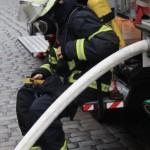 Feuerwehrmann nach einem Atemschutzeinsatz. Solch ein einsatz ist eine große Herausforderung für den Körper und Bedarf regelmäßigen Trainings - dp/MuK