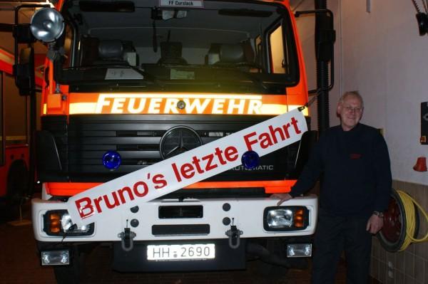 Bruno Wulff vor dem dekorierten LF