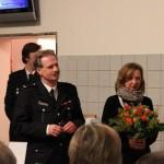Holger und seine Frau Sabine nehmen das Geschenk der Wehr in Empfang...