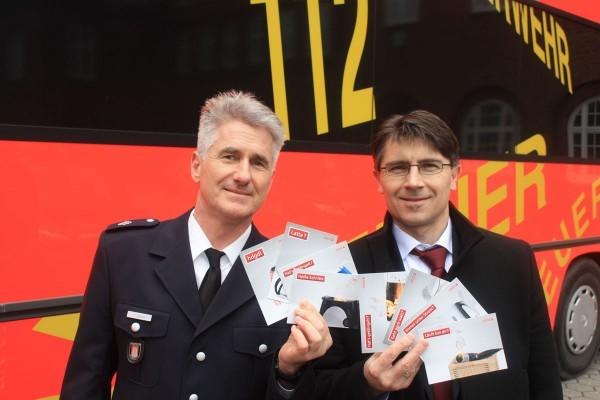Pressesprecher der Feuerwehr Hamburg Thorsten Grams und Pressereferent der Hamburger Feuerkasse Dr. Christoph Prang präsentieren die Postkarten - Bild: D.Schäfer