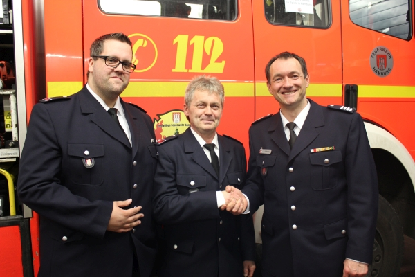 Bereichsführer Peter Kleffmann (rechts) gratuliert dem neuen Wehrführer Jörg Riisgaard (mitte) und seinem Stellvertreter Jann Lach (links)