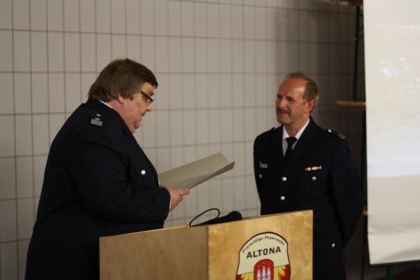 LBF A. Wronski überreicht die Entlassungsurkunde aus der Funktion des Wehrführers (c) D. Schulz FF Altona