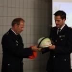 Übergabe des WF-Helms und des roten Schulterkollers an Kai-Uwe Küstner (C) D. Schulz FF Altona