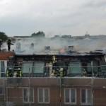 Löscharbeiten am Dach, dass noch zum Teil in Flammen steht! - Bild: D. Schäfer