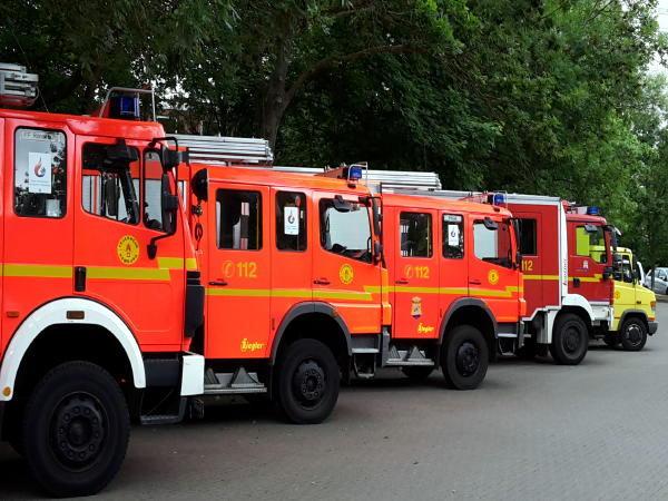 Vor dem Bürgerhaus hatte verschiedene Fahrzeuge der FF Aufstellung genommen (LF 16/12, LF-KatS HH, LF-KatS BUND, GW-RD)(c) AG MuK