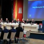 Eröffnung und Vorstellung der Gäste durch den Moderator, links das Podium mit den Gästen (c) AG MuK