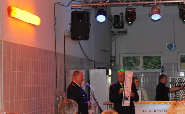 Bereichsführer Torsten Hansche überreicht das Geschenk des Bereich Wandsbeks /(c)sn
