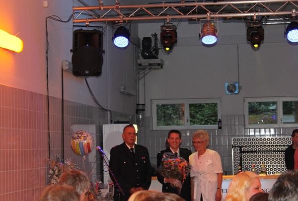 Kamerad Volker Marquard (links) mit seiner Frau (rechts) und Wehrführer Bjoern Wilhelm (mitte) /(c)sn