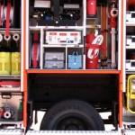 G4 mit Beleuchtungssatz 2x1000W, Stativ, Wasserentnahmearmaturen, E-, Wasser- und Norm-Werkzeug, Erste-Hilfe-Koffer, Kübelspritze und einem weiteren (30.) B-Schlauch.