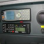 Auf dem Fahrzeug befinden sich analoge (unten, Teledux 9) und digitale Funksprechgeräte, Fabr. Sepura.