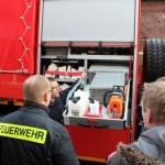 Kameraden begutachten den neuen Schlauchwagen   (C) BG