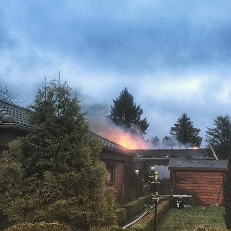Flammen schlagen immer wieder aus dem Dach.
