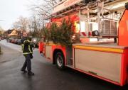 Auch die Kollegen der Berufsfeuerwehr besuchten das Schredderfest und transportierten den Weihnachtsbaum zum Schredder