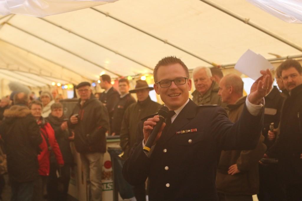 Wehrführer Nico Oestreich begrüßt die Gäste zur Eröffnung des Schredderfestes durch die Finkenwerder Jagdhornbläser