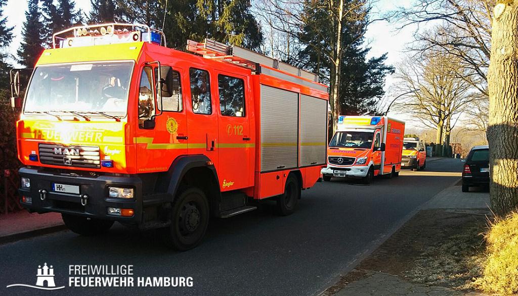 Löschfahrzeug, Rettungswagen und Notarzteinsatzfahrzeug an der Einsatzstelle