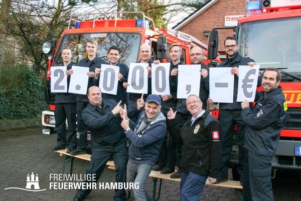 Freiwillige Feuerwehr Rönneburg zusammen mit dem Schirmherren des Schredderfestes Peter Sebastian Foto: Sandra Claes, FF Rönneburg