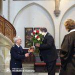 Oberbrandirektor Klaus Maurer gratuliert dem Jubilar.