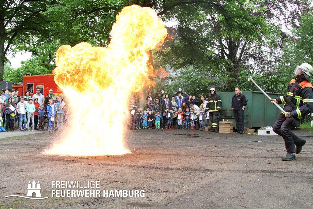 Kontrollierte Explosion beim Tag der offenen Tür in Ohlstedt: Heißes Fett darf man nicht mit Wasser löschen. (Foto: Tim Korves)