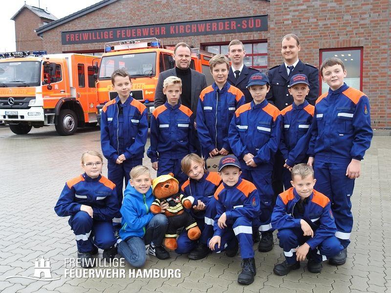 Die Jugendfeuerwehr Kirchwerder-Süd zusammen mit Innensenator           Andy Grote  ©S. Eggers