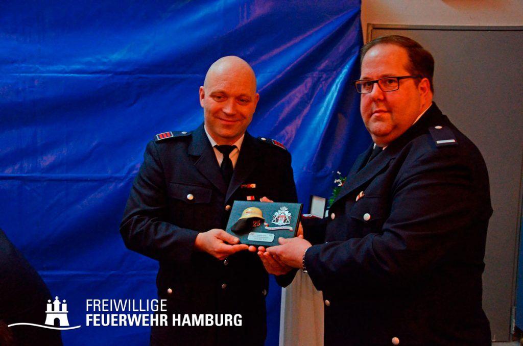 Dirk Wegmann erhält das Geschenk zum 25. Jubiläum